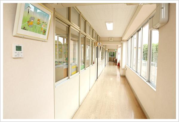 大きな窓からたくさんの陽がふりそそぐ廊下