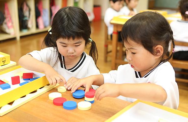 ピアジェ理論の教材で遊ぶ園児